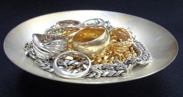 「プラチナ」や「金」を化粧品に入れる意味